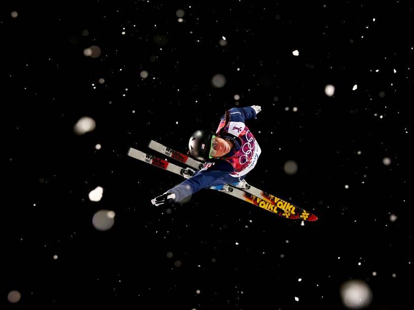 A americana Emily Cook durante competição de esqui nos Jogos de Inverno de Sochi, na Rússia