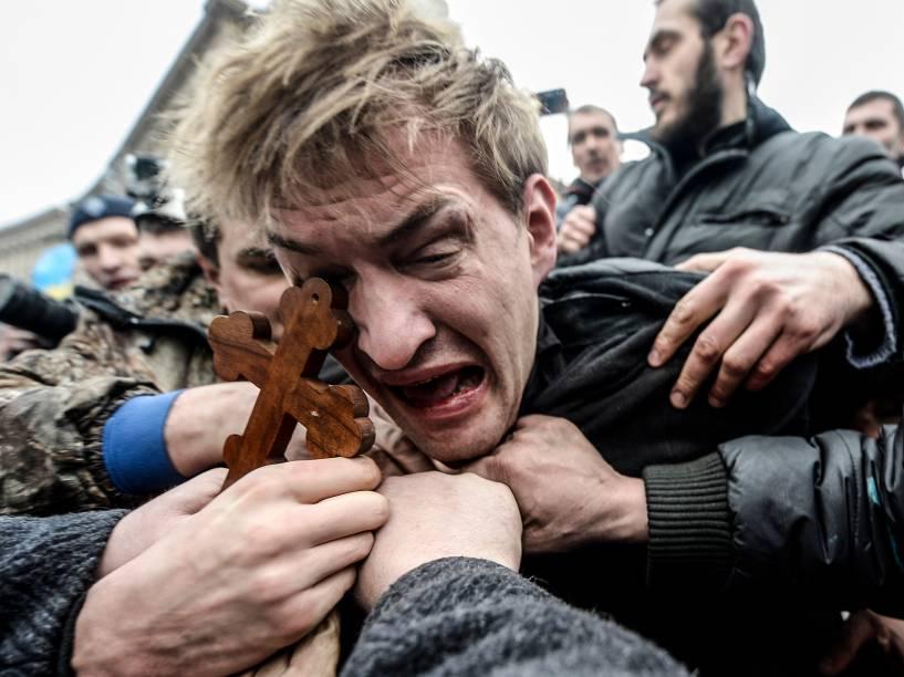 Em Kiev, homem é espancado durante conflito entre defensores da aproximação com o Ocidente e grupos pró-Rússia. Crise na Ucrânia mudou a geografia local e parte do país foi anexada por Moscou