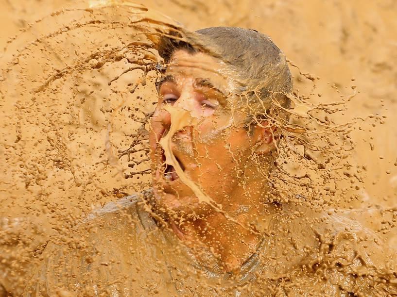 Competidor cai na lama durante o Moto GP de Phillip Island, na Austrália