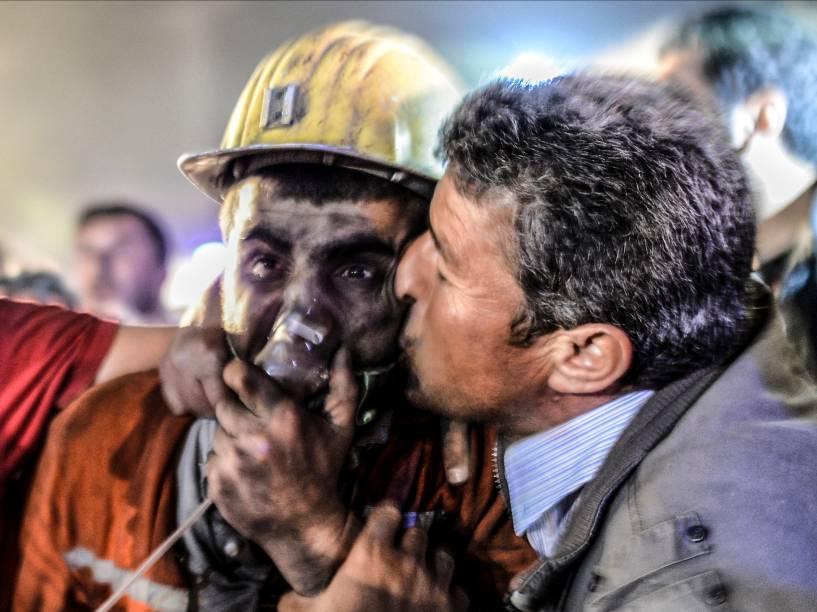 Pai beija filho resgatado de uma mina de carvão em Manisa, na Turquia. Mais de 200 mineiros foram mortos após desabamento na cidade