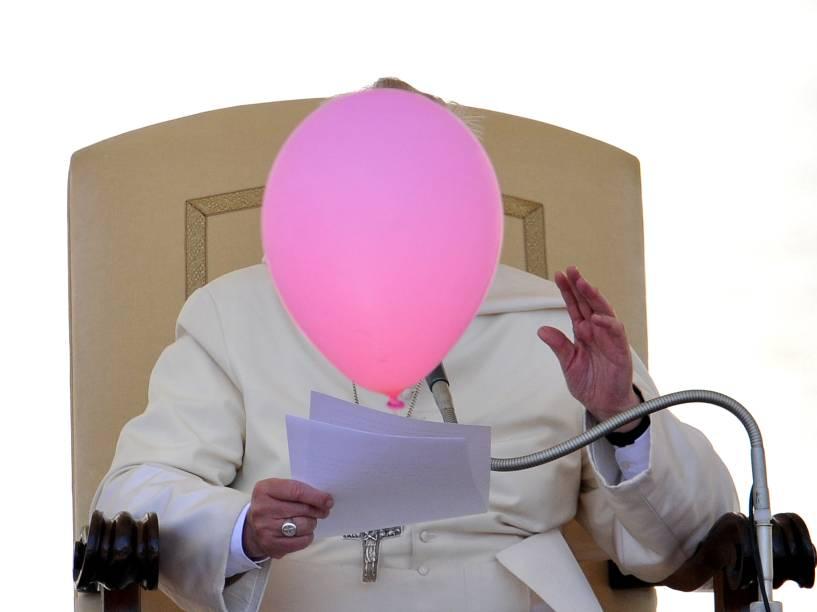 No Vaticano, balão passa na frente do Papa Francisco durante sua audiência geral na Praça de São Pedro