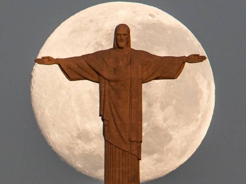 Em junho, superlua e o Cristo Redentor foram vistos no céu do Rio de Janeiro