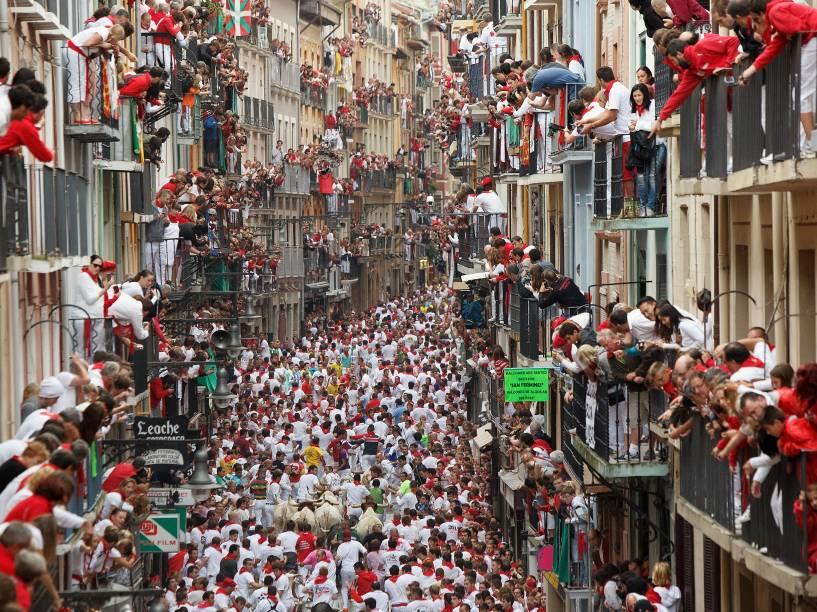 Milhares de pessoas lotam todos os anos as ruas de Pamplona durante as festividades de São Firmino, na Espanha