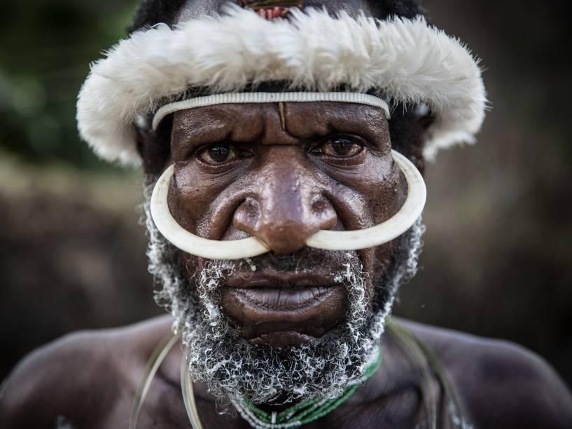 Membro de tribo durante festival para promover a cultura local, em Java, na Indonésia