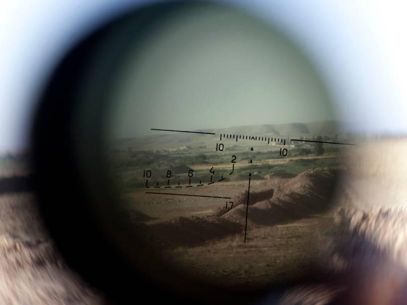 No Iraque, horizonte é visto através de um rifle telescópico. O país conta com ajuda internacional para combater os jihadistas do Estado Islâmico