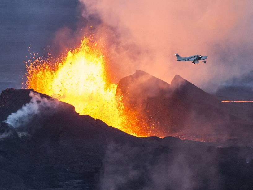 Avião sobrevoa o vulcão Bardarbunga, na Islândia. Em 2010, erupção na região fechou o espaço aéreo da Europa Ocidental