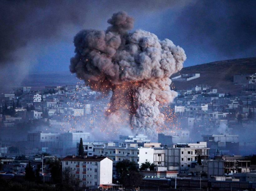 Explosão em Kobani, na fronteira entre Turquia e Síria. A região está sob ataque de extremistas do grupo Estado Islâmico desde meados de setembro