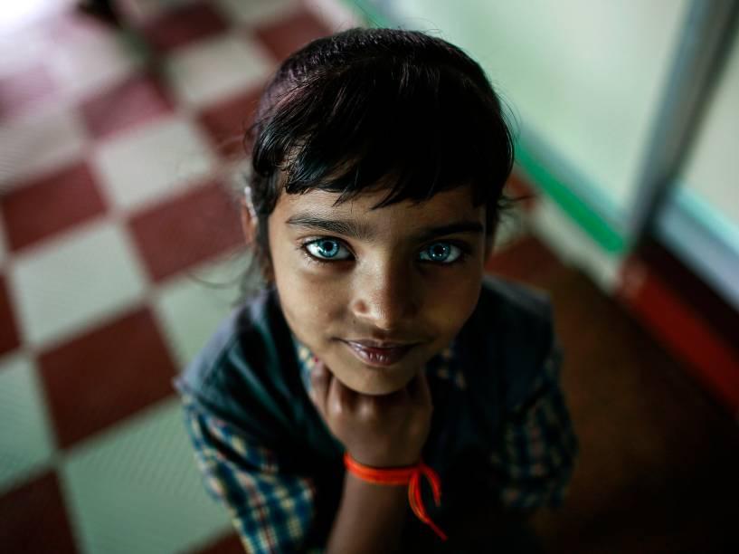 Menina em centro de reabilitação para pessoas que nasceram com deficiência física ou mental na cidade de Bhopal, na Índia. Somente são tratadas as famílias que acreditam terem sido afetadas pelo vazamento de gás tóxico da fábrica de pesticida americana Union Carbide, em 1984