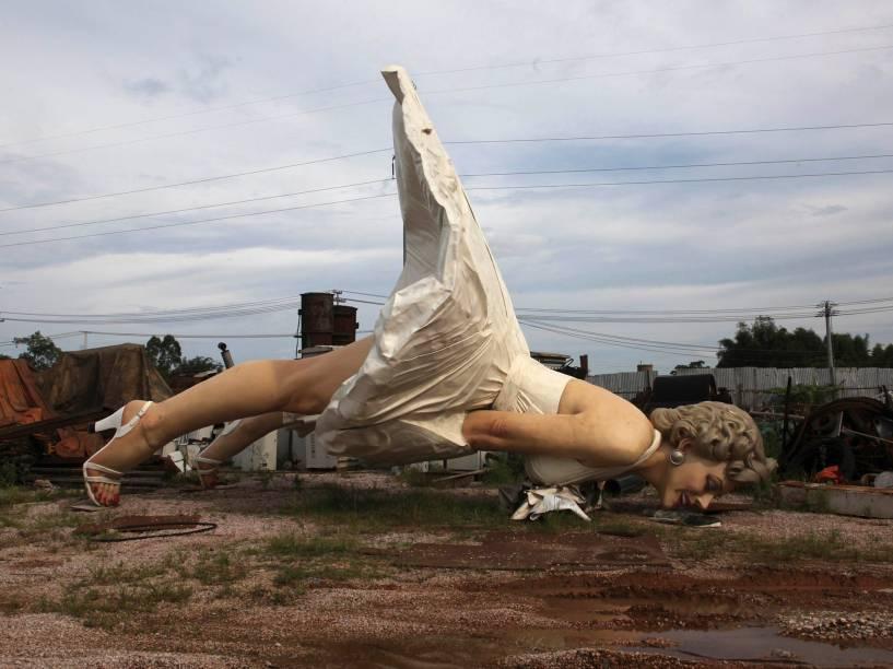 Estátua gigante da atriz Marilyn Monroe é vista em umlocal de coleta de lixo emGuigang, na China