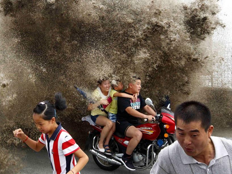 Chineses foram surpreendidos por ondas gigantesàs margens do rio Qiantang