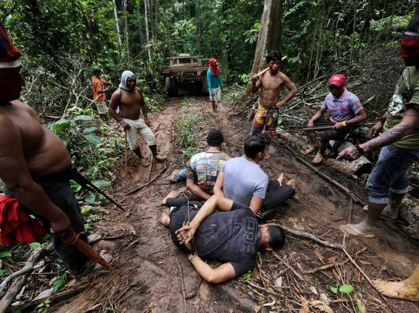 Índios amarraram madeireiros na tentativa de expulsá-los do território indígena de Alto Turiaçu, no nordeste do estado do Maranhão