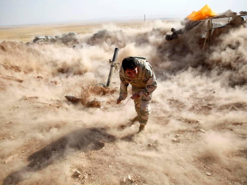 Combatente iraquiano lança foguete em direção à cidade de Zummar, em batalha contra o Estado Islâmico