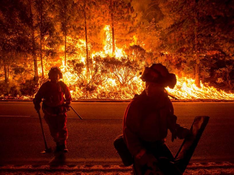 Bombeiros no combate a incêndio de grandes proporções em Fresd Pond, na Califórnia