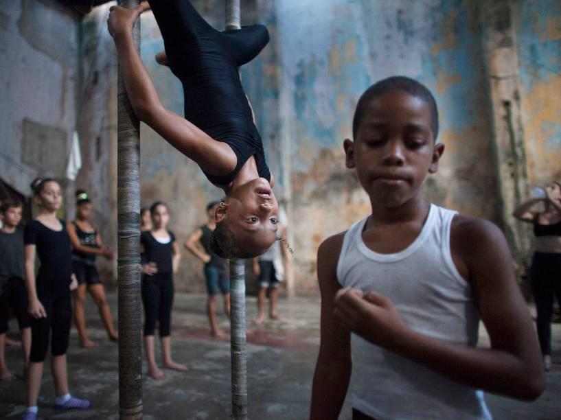Crianças durante treino em escola de circo de Havana, em Cuba