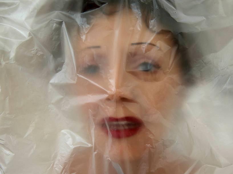 Em Paris, cabeça da estátua de Edith Piaf foi coberta com plástico antes de ser enviada a Praga para a abertura de um novo museu de cera