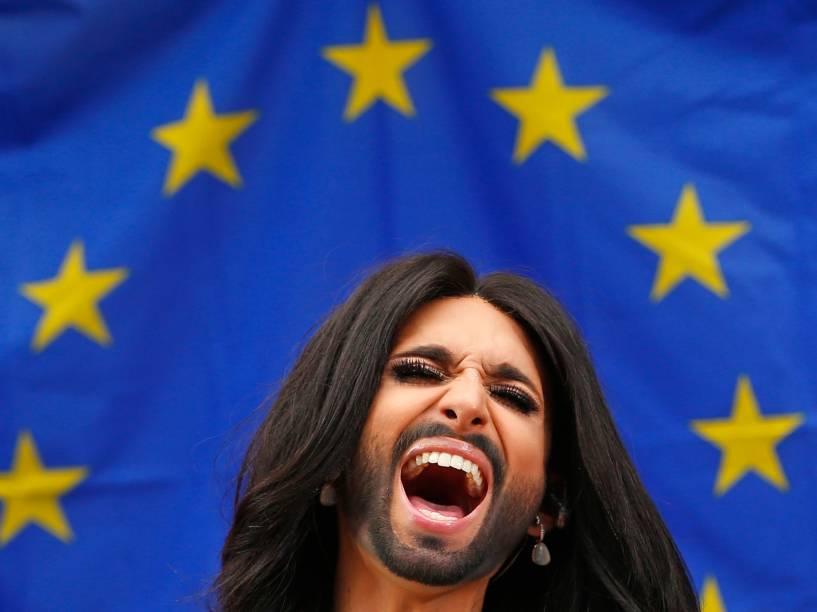 Conchita Wurst, que venceu o Festival Eurovisão da Canção, durante um concerto no Parlamento Europeu, em Bruxelas. O evento organizado por membros do Parlamento visa apoiar a aprovação do relatório contra a homofobia e a discriminação sexual