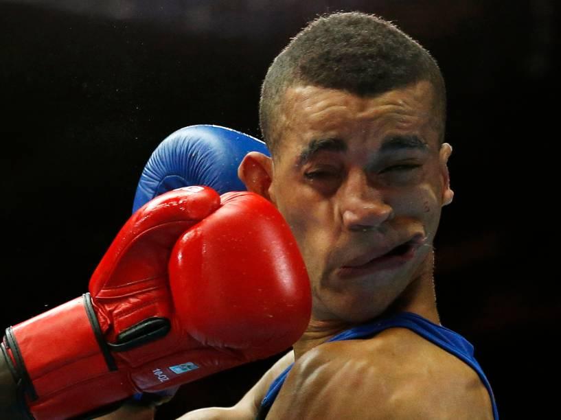 O britânico Samuel Maxwell toma um soco do queniano Denis Okoth durante luta em Glasgow