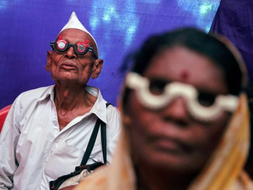 Indianos em tratamento em um centro oftalmológico de Mumbai