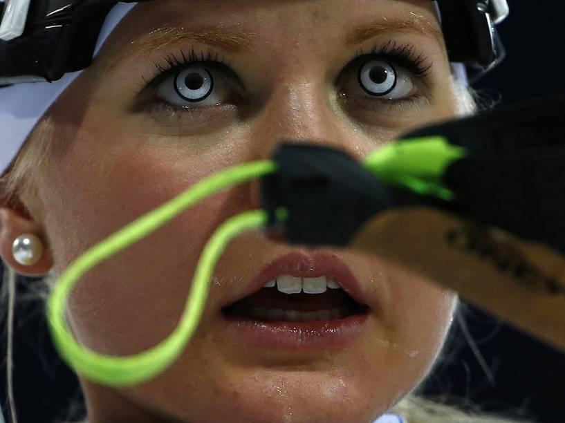 Grete Gaim, da Estônia, usou lentes de contato coloridas na prova de biatlo nos Jogos de Inverno de Sochi, na Rússia