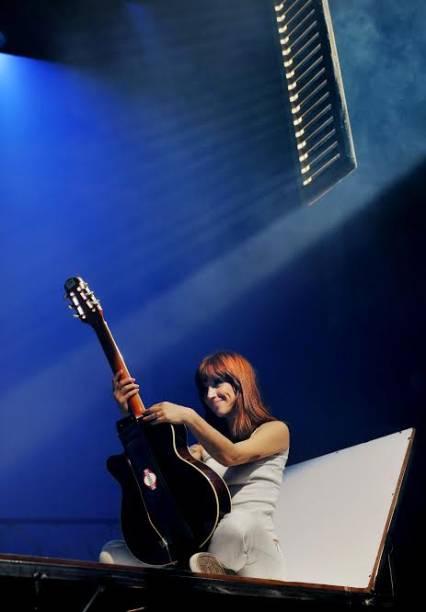 Mel Lisboa canta e toca violão no musical em homenagem a Rita Lee