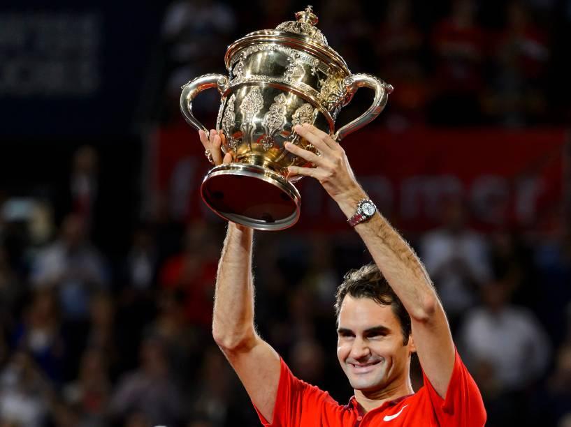Roger Federer, da Suíça, levanta o troféu após vencer sua última partida contra David Goffin, da Bélgica, no torneio de tênis ATP Suíça,em Basileia