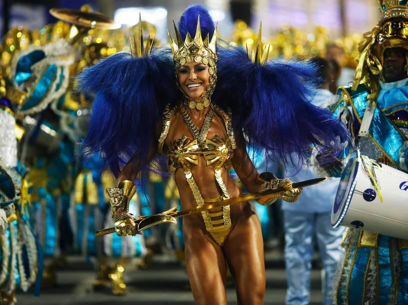 Com fantasia ousada Sabrina Sato, rainha de bateria da Unidos de Vila Isabel, chega à concentração da Marquês de Sapucaí