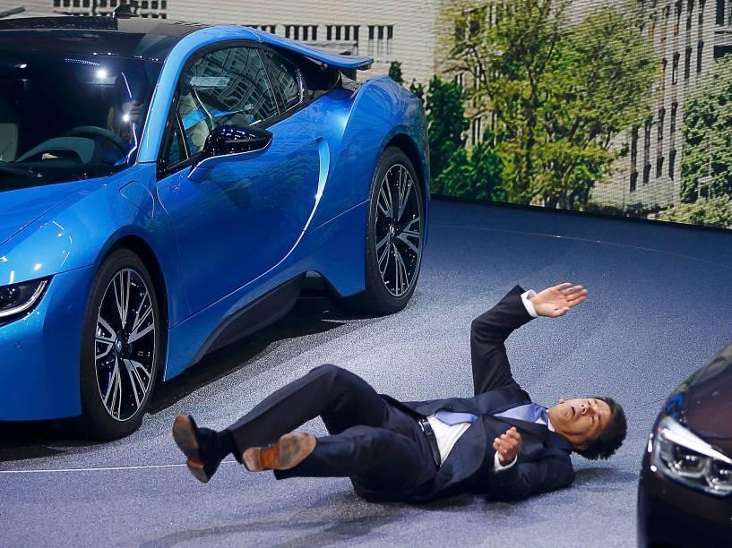 O executivo-chefe da BMW, Harald Krueger, desmaia durante a apresentação da marca no Salão do Automóvel de Frankfurt, nesta terça-feira (15)