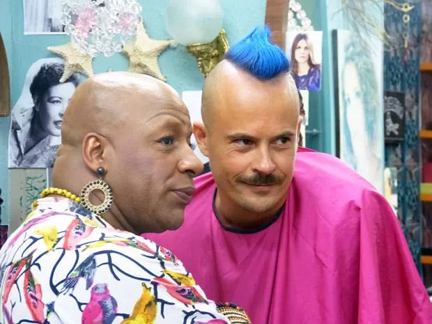 Salvador (Paulo Vilhena) ao lado de Xana (Aílton Graça), que vai tingir suas madeixas de azul em Império