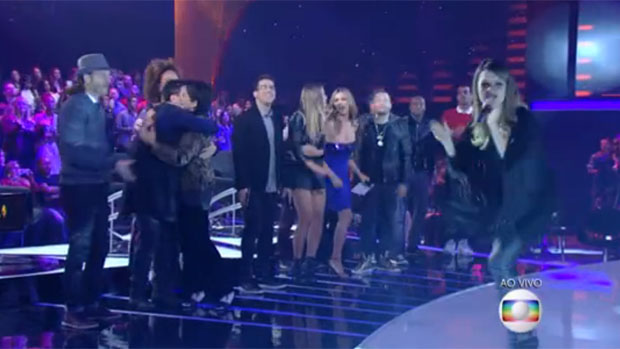 Sandy e convidados ao fundo no SuperStar