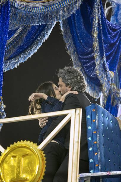 Cora salva José Alfredo, pede e ganha um beijo dele