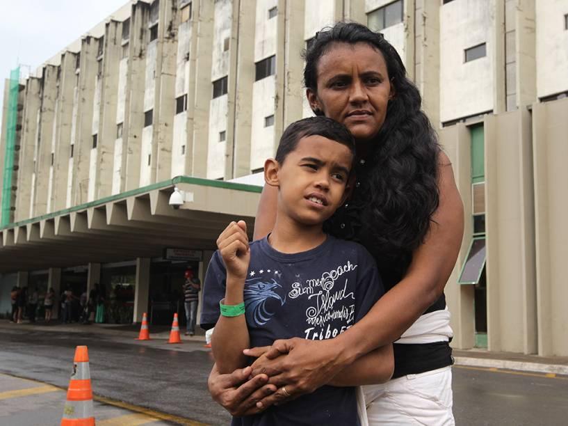 A dona de casaJosielda Bezerra só conseguiu atendimento para o filhono Hospital de Base, o maior de Brasília, após ameaçarem chamar a imprensa. O garoto tem um pequeno tumor no nariz