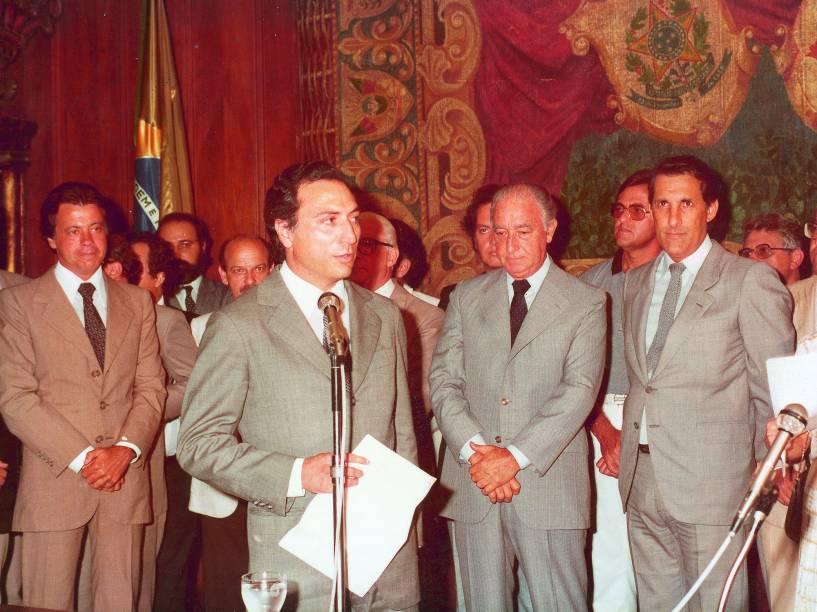 Michel Temer, o então governador Franco Montoro (de terno cinza e gravata escura), que o indicou para a Procuradoria-Geral do Estado de São Paulo, e o futuro governador Orestes Quércia, em imagem de 1983