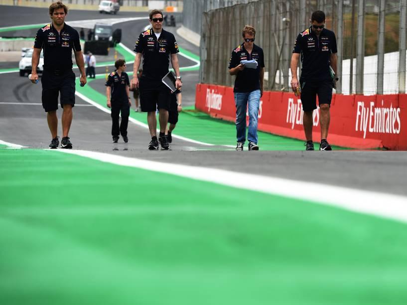 Sebastian Vettel caminha com a equipe da RedBull pelo autódromo de Interlagos, em São Paulo, antes do GP de Fórmula 1