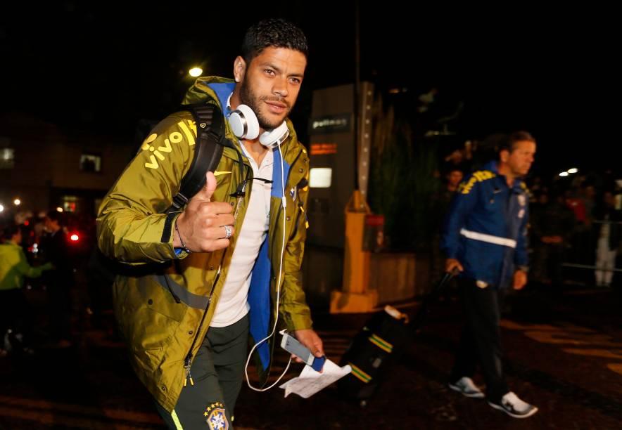 Hulk acena durante chegada ao hotel em São Paulo antes da estreia contra a Croácia
