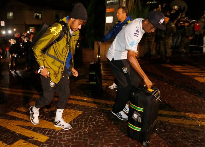 Neymar é o último a descer do ônibus da seleção na chegada ao hotel em São Paulo