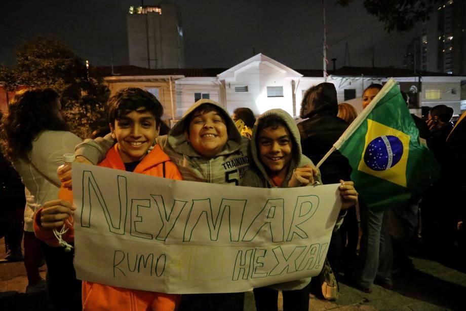Torcida mirim também incentiva a seleção na chegada a São Paulo