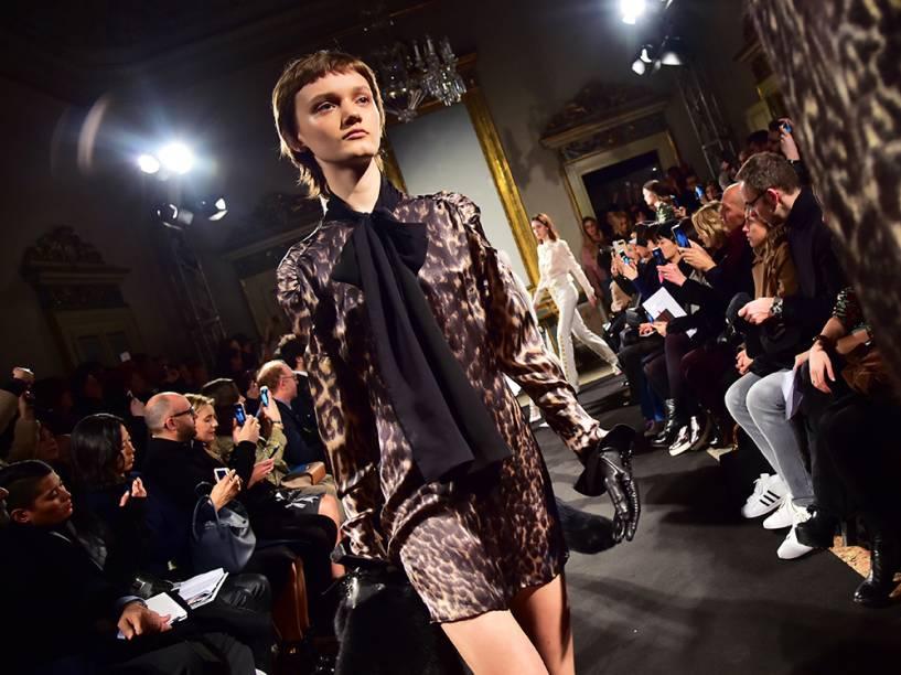 Modelo apresenta criação da Francesco Scognamiglio, durante a Semana de Moda de Milão, na Itália