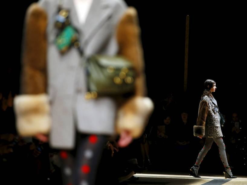 Modelo apresenta criação da Prada, durante a Semana de Moda de Milão, na Itália