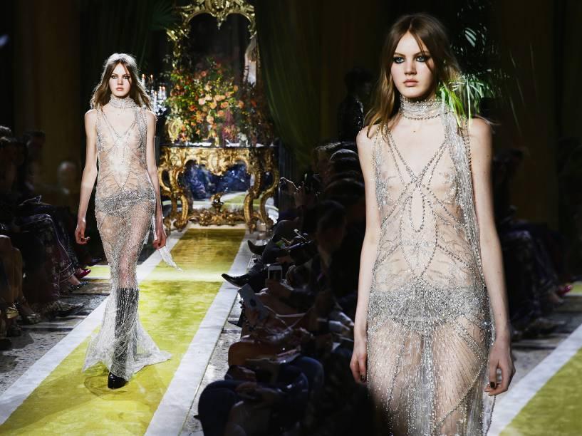 Modelo apresenta criação de Roberto Cavalli, durante a Semana de Moda de Milão, na Itália