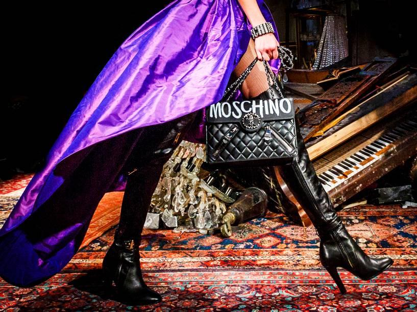 Modelo apresenta criação da Moschino, durante a Semana de Moda de Milão, na Itália