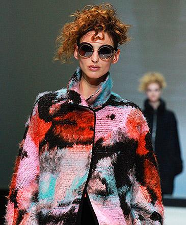 Modelo apresenta criação da Giorgio Armani, na Semana de Moda em Milão, na Itália