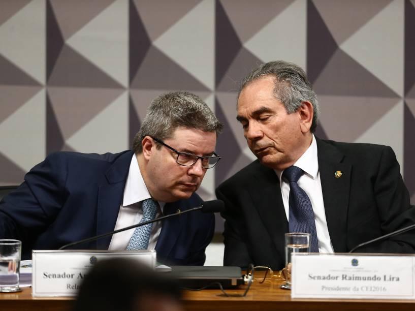 O relator da Comissão de Impeachment no Senado, Antonio Anastasia (PSDB-MG)(e), e o presidente Raimundo Lira (PMDB-PB) (d) antes do início da apresentação do relatório com seu parecer sobre o pedido de impedimento da presidente Dilma Rousseff, no Congresso Nacional, em Brasília - 04/05/2016