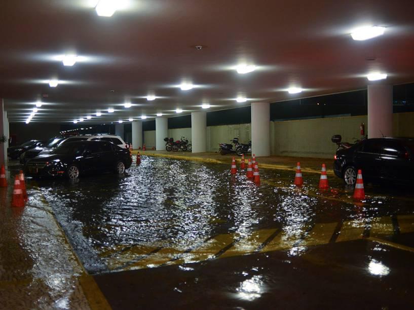 Hall de entrada do Congresso Nacional alagado pela intensa chuva que caiu sobre Brasilia na noite de terça-feira (16), em Brasília