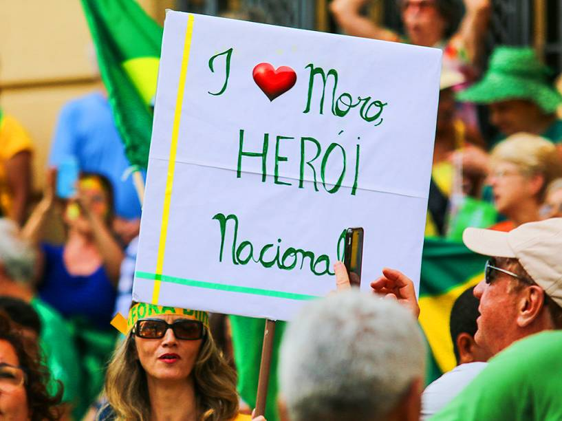 Manifestantes durante protestos contra o governo, realizados na Praça da Liberdade em Belo Horizonte(MG)