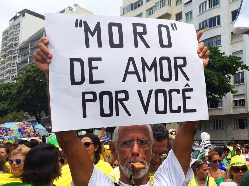 Juiz Sérgio Moro é homenageado em cartazes, durante protestos contra o governo, na Praia de Copacabana, no Rio de Janeiro (RJ), neste domingo (13)