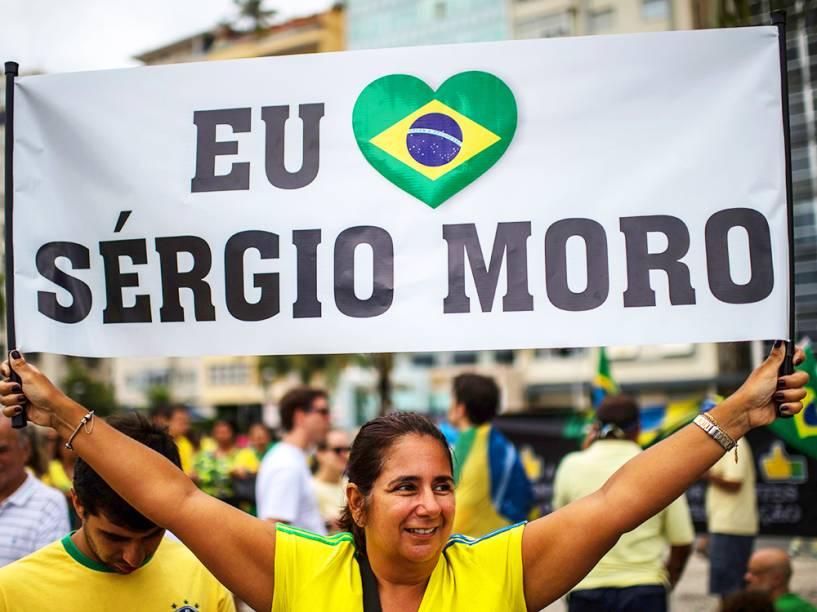 Cartaz ao juiz Sérgio Moro, durante protesto na Praia de Copacabana, no Rio de Janeiro (RJ), neste domingo (13)