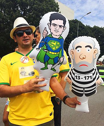 Manifestante com boneco de Sérgio Moro, nos protestos contra o governo neste domingo (13)