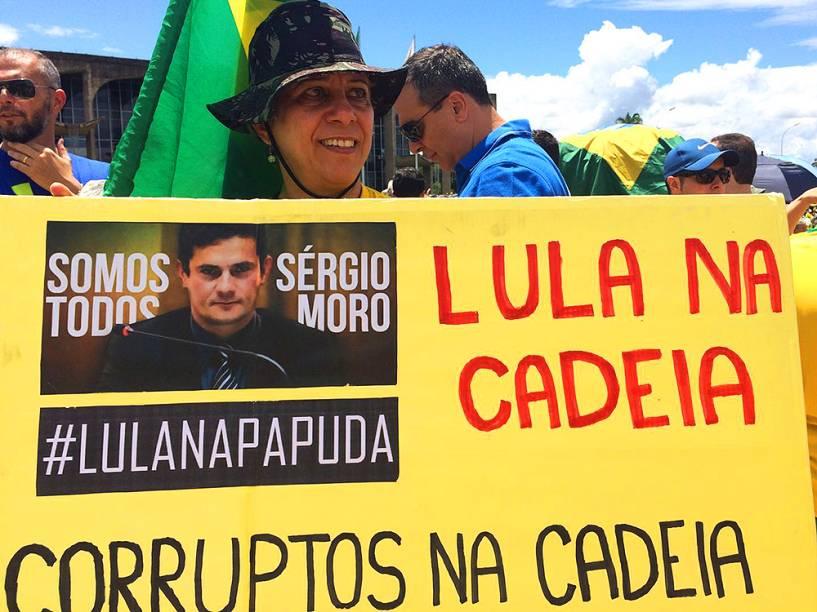 Manifestante com cartaz, em apoio ao juiz Sérgio Moro