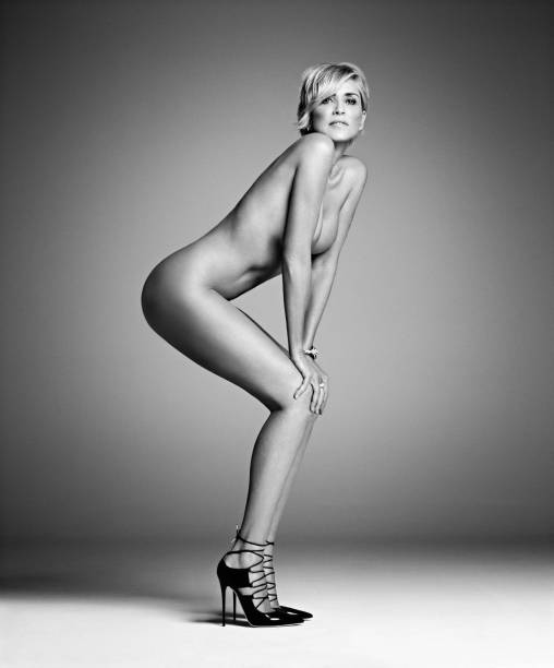 A atriz Sharon Stone, nua na edição de setembro da revista americana Harpers Bazaar