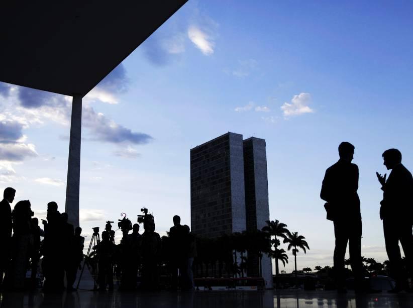Jornalista aguardam do lado de fora do Supremo Tribunal Federal, onde é julgado o rito do impeachment da presidente Dilma a ser conduzido pela Câmara dos Deputados. O relator da matéria é o ministro Edson Fachin